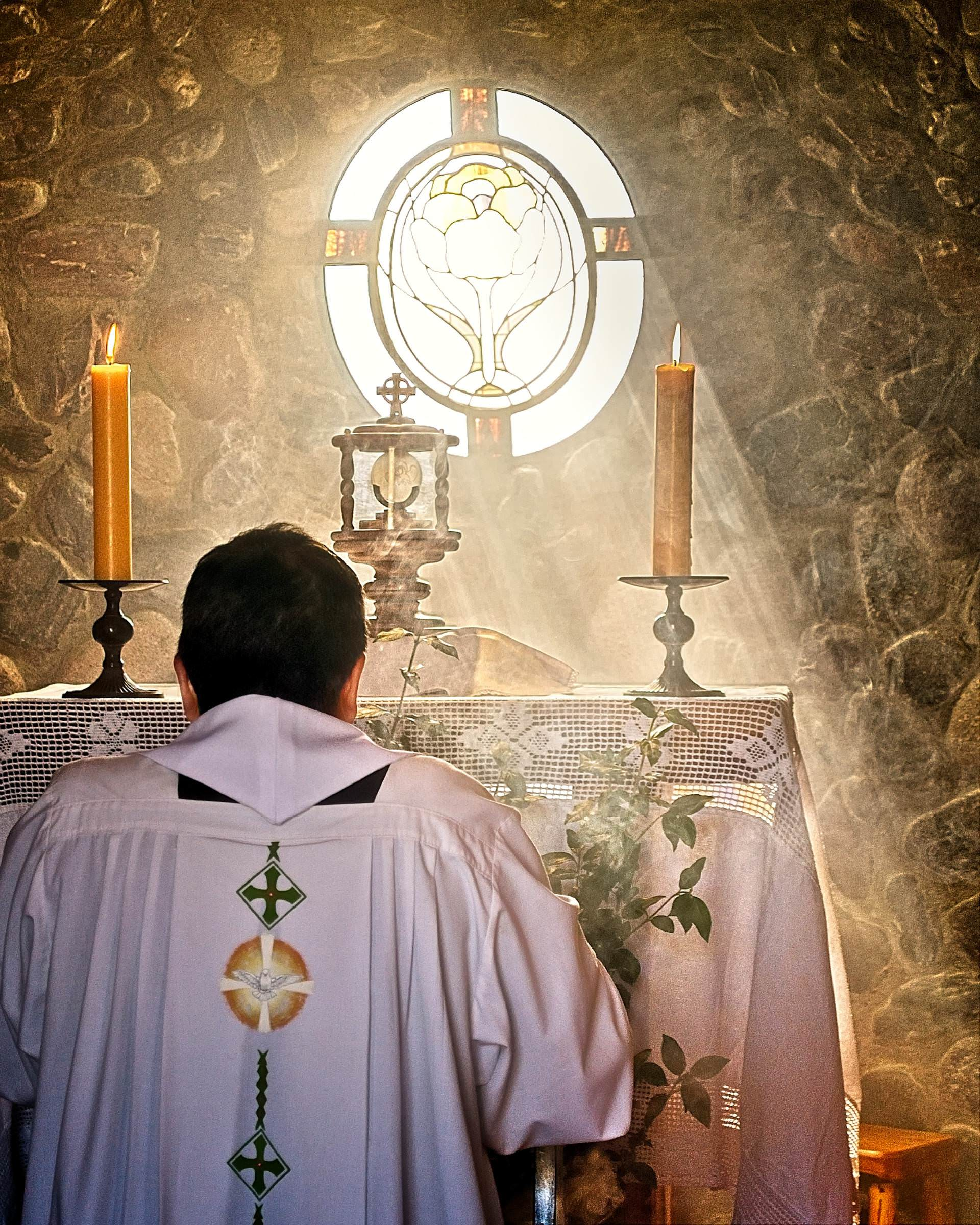 presbyter, care, priest, father, on knees, sun ray, exposition, blessed sacrament, worship, to worship, eucharist, bread of life, god, king, sir, bread from heaven, body of christ