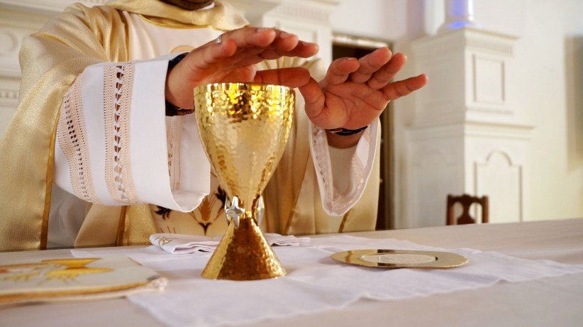 hands, chalice, priest, consecration, wine, pan, visitors, palia