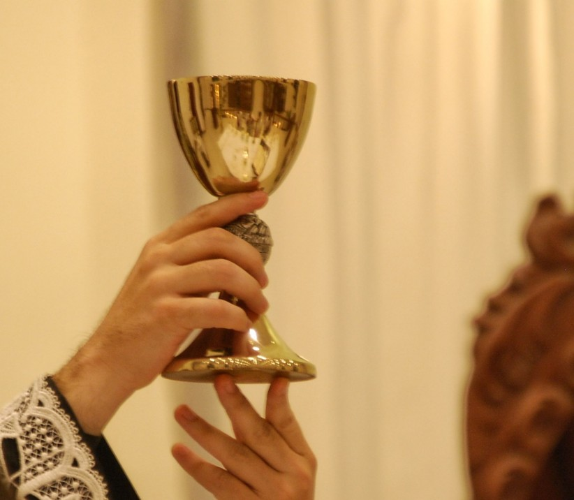 chalice, wine, blood of christ, offerings,  pan, women, parish san andres, ofertorio, consecration, oblación