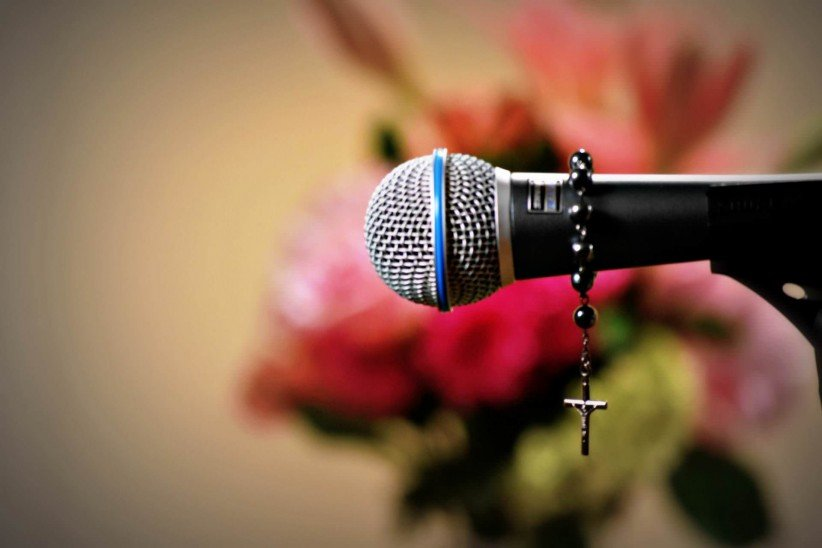 rosary beads, praise, praise, i sing, choir, singer, women,  don, microphone, to sing, talent