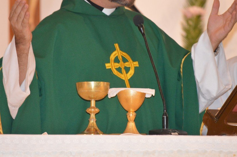 hands, chalice, priest, altar, mass, visitors, care, eucharist
