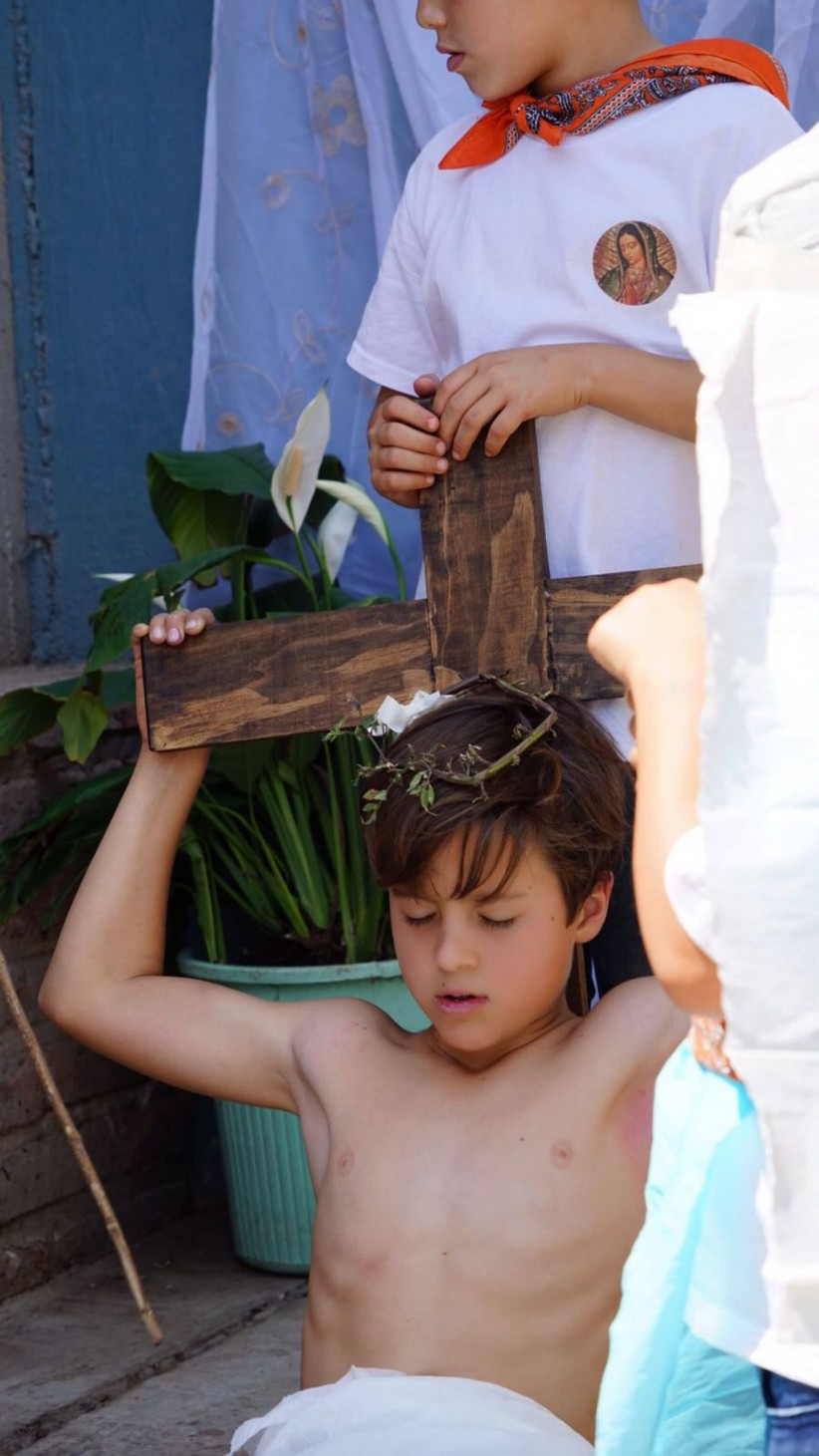 Via crucis interpretado por niños